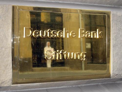 """Plakete der Deutsche Bank Stiftung am Gebäude der """"Deutsche Guggenheim"""""""