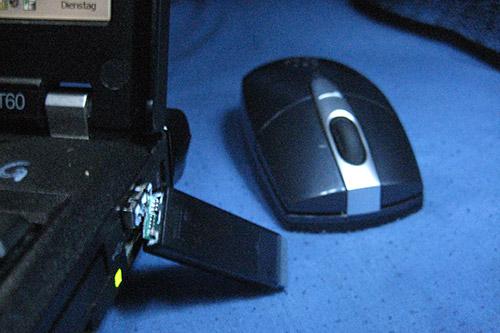 Geknickter USB-Dongle und Maus
