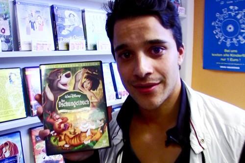 Kostja Ullmann hält die Dschungelbuch-DVD in die Kamera