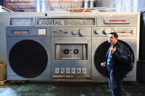 Ein riesiger Kassettenrekorder steht bei Digital Domain herum