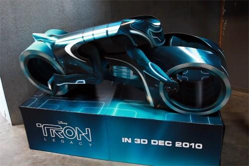 Das Light Cycle aus TRON: Legacy als Pappaufsteller für Kinos
